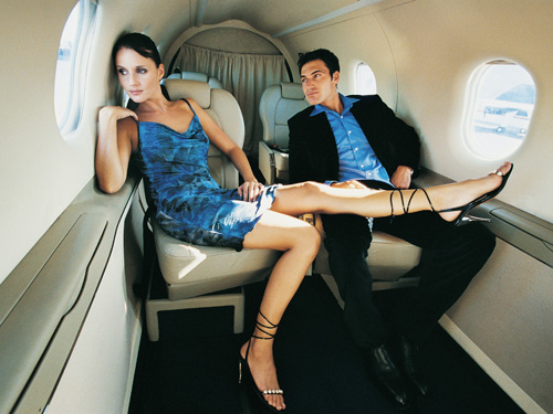 парень и девушка в самолете вид
